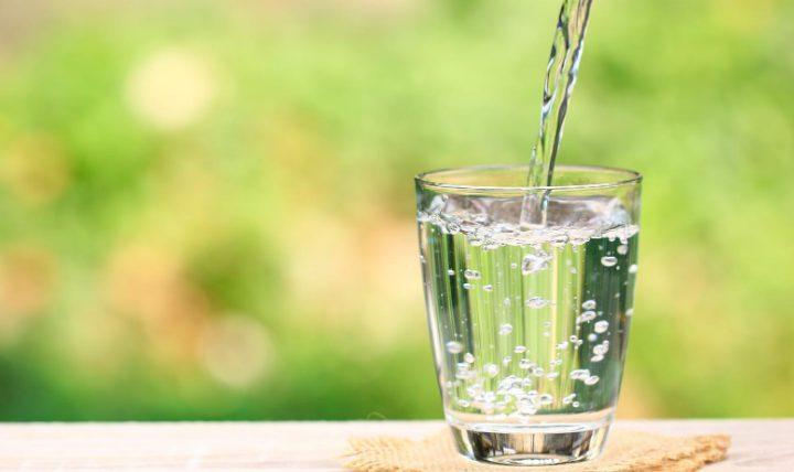 夏のドリンクとして水ばかり飲んではいけない理由
