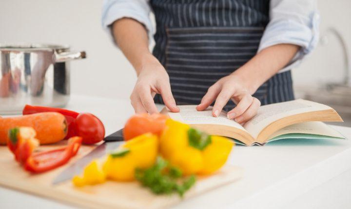 話題の料理本3冊を読んでムリなく自炊しよう